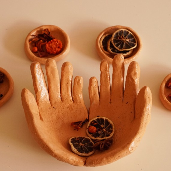 Hände und Schälchen